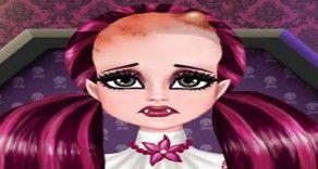 Vamos brincar de cuidar da Monster High Draculaura que está com um grande machucado na cabeça? São muitas etapas para que nossa garotinha fique bem e sem sentir dor. Faça todo o tratamento com m...