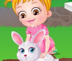 Bebê e coelho de estimação