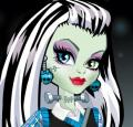 Limpeza facial e maquiar Frankie Monster High